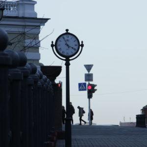 Уличные часы на столбе купить в минске цена